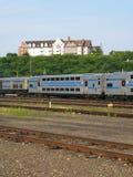Doppeldeckernahverkehrszug auf Bahnen unter dem historischen Landsitz heiß Stockbilder