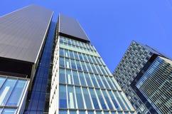 Doppelgeschäftskontrolltürme - Architekturaufbau Stockbilder