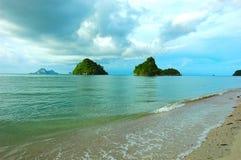 Doppelinseln vor Krabis Küste an einem Strand benannt, Stockbilder