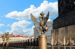 Doppelköpfiger Adler in der Kaiserkrone auf dem Zaun Alexander Columns in St Petersburg Lizenzfreie Stockfotos