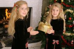 Doppelkinder, die Geschenke öffnen Lizenzfreies Stockfoto