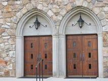 Doppelkirchentüren Holz, schweres Eisen bögen Laternen oben Stockfoto