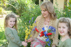 Doppelmädchen, die Großmutterfluß geben Stockfoto