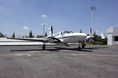 Doppelmotorflugzeuge Stockbild