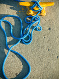 Doppelpoller mit Seil auf Pier durch das Meer Stockbild