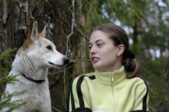 Doppelporträt des Schönheitsmädchens und des heiseren Hundes Lizenzfreie Stockfotografie