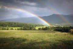 Doppelregenbogen über Cades-Bucht im rauchiger Gebirgsnationalpark Lizenzfreie Stockfotografie