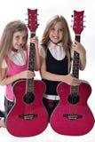 Doppelschwestern mit Gitarren Stockfotografie