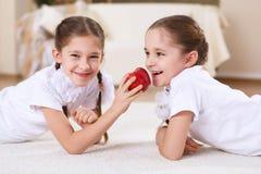 Doppelschwestern zusammen zu Hause Stockfotos