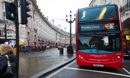 Doppelstöckiger Bus in Piccadilly-Zirkus, London Lizenzfreies Stockfoto