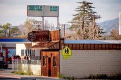 Doppelstrich im historischen Dorf der einzigen Kiefer - EINZIGE KIEFER CA, USA - 29. MÄRZ 2019 stockbilder
