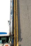 Doppelt-Gelb mit Bus Stockfotografie