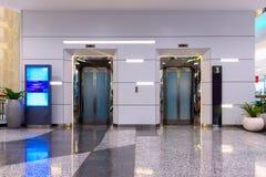 Doppelte Aufzüge in der Abteilung Stockfotografie