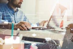 Doppelte Berührung Geschäftsmann, der im modernen Büro mit moderner Technologie arbeitet Wachstumstabellen, Geschäftskonzept, Str Stockfotografie