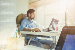 Doppelte Berührung Geschäftsmann, der im modernen Büro mit moderner Technologie arbeitet Wachstumstabellen, Geschäftskonzept, Str Lizenzfreie Stockfotografie