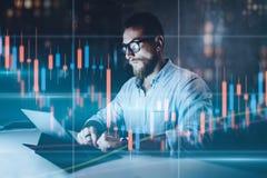 Doppelte Ber?hrung Markt traider, das Analyse vom digitalen Markt und von der Investition in der Blockketten-Schlüsselwährung mac lizenzfreie stockfotografie