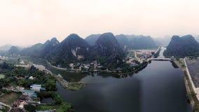 Doppelte Berge betrachten den blauen Fluss lizenzfreie stockfotos