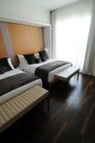 Doppelte Betten im Hotel lizenzfreie stockfotos
