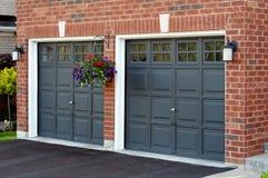 Doppelte Garage mit Blumenpotentiometer Stockbilder
