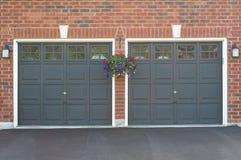 Doppelte Garage mit einem Blumenpotentiometer Lizenzfreie Stockfotografie