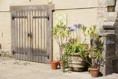 Doppelte hölzerne Türen lizenzfreies stockbild