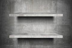 Doppelte leere konkrete Regale oberstesbereites zur Produktanzeigenmontage Stockfoto