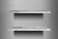 Doppelte leere konkrete Regale oberstesbereites zur Produktanzeigenmontage Stockbilder