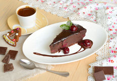 Doppelte Schokolade Cherry Dump Cake mit Kaffee lizenzfreie stockfotos
