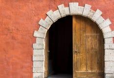 Doppelte Tür mit einer Seite geöffnet Stockbild
