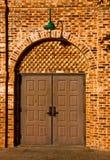 Doppelte Türen auf Backsteinmauer Lizenzfreies Stockbild