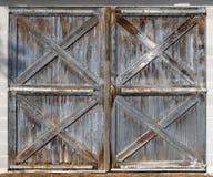 Doppelte Türen des alten Stalles Stockfotografie