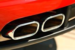 Doppelter Auspuff eines Sportautos Lizenzfreie Stockfotografie
