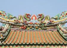 Doppelter chinesischer Drache auf dem Tempeldach Stockfotografie