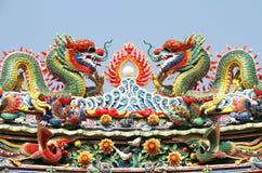 Doppelter chinesischer Drache auf dem Tempeldach Stockbild