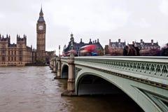 Doppelter Decker Busses Pass Over die Themse stockfotografie