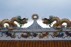 Doppelter Drache auf Tempeldachspitze lizenzfreie stockfotos