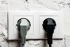 Doppelter elektrischer Sockel mit verstopften Kabeln, Makroschuß Lizenzfreies Stockbild
