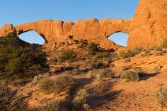 Doppelter Fenster-Bogen ist im Bogen-Nationalpark Utah stockfotos