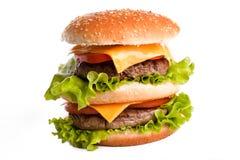 Doppelter geschmackvoller Hamburger auf Weiß Lizenzfreie Stockfotos