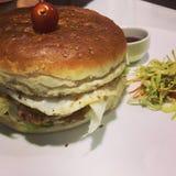 Doppelter Huhnburger Stockfoto