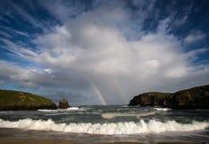 Doppelter Regenbogen über Äußeren Hebriden Stockbilder