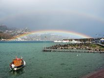 Doppelter Regenbogen über dem Meer, Sizilien Stockbilder