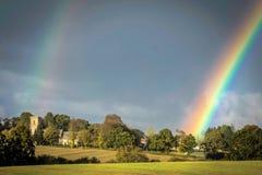 Doppelter Regenbogen über einer Kirche Lizenzfreies Stockbild