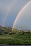 Doppelter Regenbogen über Gallatin-Fluss Lizenzfreie Stockfotos