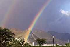 Doppelter Regenbogen über Teneriffa Stockfotografie