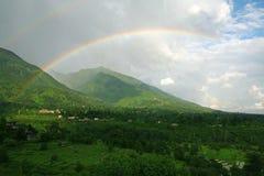 Doppelter Regenbogen auf üppigem grünem Himalajatal Lizenzfreie Stockbilder