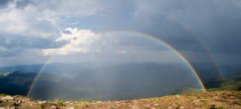Doppelter Regenbogen in den Bergen Lizenzfreies Stockfoto