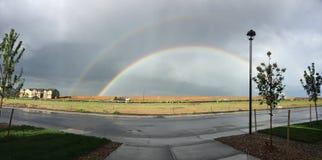 Doppelter Regenbogen an einem regnerischen Tag in der Aurora Lizenzfreie Stockfotos
