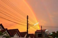 Doppelter Regenbogen am Farbengoldhimmel. Stockfotos