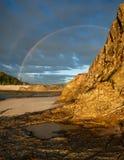 Doppelter Regenbogen mit Gesichtsklippe im Vordergrund Lizenzfreies Stockfoto